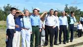 Bí thư Thành ủy TPHCM Nguyễn Văn Nên cùng các chuyên gia khảo sát tại huyện Cần Giờ. Ảnh: VIỆT DŨNG
