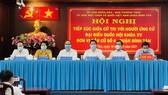 Các ứng cử viên ĐBQH khóa XV, đơn vị bầu cử số 6 tiếp xúc cử tri. Ảnh: VĂN MINH