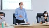 Phó Bí thư Thành ủy TPHCM Nguyễn Hồ Hải chỉ đạo UBND TPHCM và Sở Y tế TPHCM tiếp tục quan tâm gỡ vướng để BV Hồi sức Covid-19 hoạt động tốt nhất. Ảnh: KIỀU PHONG