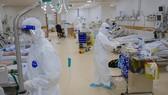Bác sĩ chuyên hồi sức cấp cứu nỗ lực chăm sóc bệnh nhân tại Bệnh viện Hồi sức Covid-19