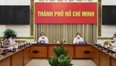 Phó Thủ tướng Thường trực Trương Hòa Bình và Chủ tịch UBND TPHCM Nguyễn Thành Phong dự tại điểm cầu UBND TPHCM. Ảnh: Trung tâm Báo chí TPHCM