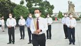 Đoàn lãnh đạo TPHCM dâng hoa, dâng hương tại Nghĩa trang Liệt sĩ TPHCM. Ảnh: VIỆT DŨNG