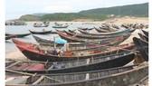 Nhiều tàu thuyền của ngư dân xã Kỳ Lợi, thị xã Kỳ Anh, tỉnh Hà Tĩnh phải nằm bờ khi xảy ra sự cố ô nhiễm môi trường biển do Formosa gây ra. Ảnh: Dương Quang