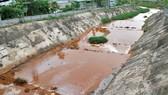 Kênh Ba Bò qua TPHCM đoạn giáp tỉnh Bình Dương ô nhiễm nặng do chất thải của các nhà máy, xí nghiệp thải ra. Ảnh: CAO THĂNG