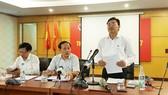 Ông Hoàng Văn Thức - Phó Tổng cục trưởng (bìa phải) thông tin tới báo chí diễn biến sự việc