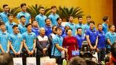 Chủ tịch Quốc hội Nguyễn Thị Kim Ngân chụp ảnh lưu niệm cùng các tuyển thủ U23 Việt Nam tại Hội trường Diên Hồng, Nhà Quốc hội