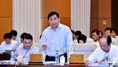 Bộ trưởng Bộ Kế hoạch và Đầu tư Nguyễn Chí  Dũng trình bày Báo cáo trước UBTVQH