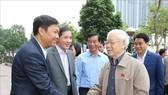 Tổng bí thư, Chủ tịch nước Nguyễn Phú Trọng với cử tri Hà Nội  sáng nay, 24-11. ẢNh: TTXVN