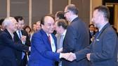 Thủ tướng Chính phủ Nguyễn Xuân Phúc gặp gỡ các đại biểu tham dự Diễn đàn
