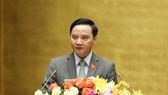 Chủ nhiệm Ủy ban Pháp luật Nguyễn Khắc Định trình bày Báo cáo thẩm tra dự án luật.  Ảnh: VIẾT CHUNG