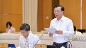 Bộ trưởng Bộ Tài chính Đinh Tiến Dũng đọc Tờ trình của Chính phủ và cho ý kiến về dự thảo Nghị định, sáng 17-9-2019. Ảnh: QUOCHOI