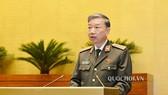 Bộ trưởng Bộ Công an Tô Lâm trình bày báo cáo trước Quốc hội. Ảnh: QUOCHOI
