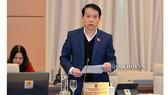 Ông Hoàng Thanh Tùng, Chủ nhiệm Ủy ban Pháp luật của Quốc hội trình bày báo cáo tại phiên họp. Ảnh: Cổng thông tin điện tử Quốc hội