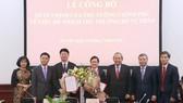 Phó Thủ tướng Thường trực Chính phủ Trương Hoà Bình tặng hoa chúc mừng hai thứ trưởng mới được bổ nhiệm