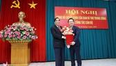 Phó Trưởng ban Thường trực Ban Tổ chức Trung ương Nguyễn Thanh Bình, trao quyết định và tặng hoa, chúc mừng tân Phó Bí thư Tỉnh ủy Nghệ An Nguyễn Đức Trung