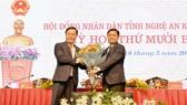 Bí thư tỉnh ủy Nghệ An Thái Thanh Quý (bên phải) tặng hoa tân Chủ tịch UBND tỉnh Nguyễn Đức Trung
