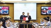 Bộ trưởng Bộ Tư pháp Lê Thành Long trao quyết định cho tân Tổng cục trưởng Tổng cục Thi hành án dân sự Nguyễn Quang Thái