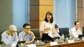 ĐB Trần Thị Diệu Thúy (TPHCM) cho rằng, xét từ góc độ doanh nghiệp càng có nhiều lao động càng phải đối diện với thách thức lớn hơn khi phải chịu trách nhiệm đảm bảo an sinh xã hội cho người lao động
