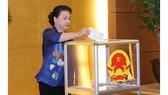 Chủ tịch Quốc hội Nguyễn Thị Kim Ngân quyên góp ủng hộ đồng bào miền Trung