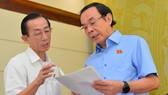 Bí thư Thành ủy TPHCM Nguyễn Văn Nên trao đổi cùng đại biểu tại kỳ họp Quốc hội. Ảnh: VIỆT DŨNG