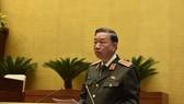 Bộ trưởng Bộ Công an Tô Lâm trình bày Báo cáo trước Quốc hội. Ảnh: QUANG PHÚC