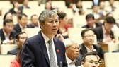 ĐB, bác sĩ Nguyễn Anh Trí (Hà Nội) phát biểu tại hội trường. Ảnh: QUANG PHÚC