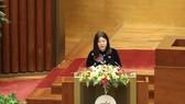 Chủ nhiệm Ủy ban Tư pháp Lê Thị Nga trình bày Báo cáo thẩm tra báo cáo tổng kết nhiệm kỳ của Chánh án Toàn án Nhân dân tối cao, Viện trưởng Viện Kiểm sát Nhân dân tối cao. Ảnh: QUANG PHÚC