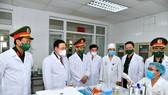 Chủ tịch Quốc hội Vương Đình Huệ trực tiếp kiểm tra công tác nghiên cứu, thử nghiệm lâm sàng tại Học viện Quân y. Ảnh: VIẾT CHUNG