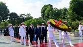 Đoàn đại biểu Ban Chấp hành Trung ương Đảng, Chủ tịch nước, Quốc hội, Chính phủ, Ủy ban Trung ương Mặt trận Tổ quốc Việt Nam đặt vòng hoa tưởng niệm các Anh hùng liệt sĩ