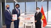 Tập đoàn WEFORYOU trao tặng Việt Nam 30 nghìn khẩu trang y tế, 10 nghìn bộ kit xét nghiệm và 10 máy lấy mẫu xét nghiệm PCR
