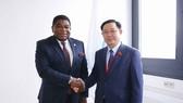 Chủ tịch Quốc hội Vương Đình Huệ và Tổng Thư ký Liên minh Nghị viện thế giới (IPU) Martin Chungong. Ảnh: DOÃN TẤN