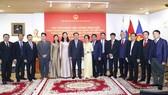 Chủ tịch Quốc hội Vương Đình Huệ và đoàn đại biểu cấp cao Quốc hội Việt Nam và cán bộ, nhân viên Đại sứ quán Việt Nam tại Phần Lan