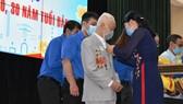 Bí thư Quận ủy Tân Phú Lê Thị Kim Hồng trao Huy hiệu Đảng cho các đảng viên