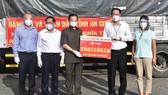 Tỉnh An Giang tặng TPHCM 100 tấn gạo, 110 tấn rau, củ, quả