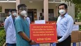 Đồng chì Dương Ngọc Hải trao bảng tượng trưng trao tặng trang thiết bị, vật tư y tế cho Bệnh viện dã chiến Củ Chi