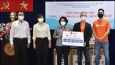Lãnh đạo TPHCM tiếp nhận vật tư y tế Tập đoàn Sea trao tặng phòng chống dịch Covid-19