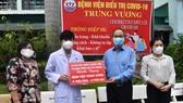 Đoàn ĐBQH TPHCM thăm, tặng quà Bệnh viện điều trị Covid-19 Trưng Vương