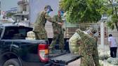 Lực lượng quân đội hỗ trợ vận chuyển nhu yếu phẩm đến người dân ở quận 11