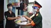 Trao quà hỗ trợ cho người lao động khó khăn ở khu trọ trên đường Kha Vạn Cân, phường Linh Trung, TP Thủ Đức