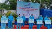 Hiệp hội Doanh nghiệp TPHCM trao tặng túi thuốc hỗ trợ bệnh nhân Covid-19