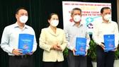 Chủ tịch HĐNDTPHCM Nguyễn Thị Lệ tặng gói thuốc an sinh phòng, chống dịch Covid-19 cho quận 3. Ảnh:VIỆT DŨNG
