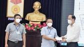 Đồng chí Nguyễn Hồ Hải trao quà thăm hỏi, động viên của Thành ủy TPHCM cho phường 6, quận Tân Bình