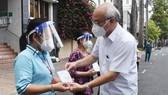 Đồng chí Phan Nguyễn Như Khuê trao quà của Ban Thường vụ Thành ủy TPHCM động viên các khu phố ở phường 1, quận 5