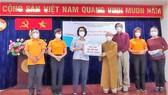 Đồng chí Tô Thị Bích Châu tiếp nhận Quỹ Đạo Phật ngày nay - chùa Giác Ngộ.