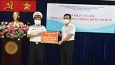 Ông Phạm Minh Tuấn tiếp nhận bảng tượng trưng ủng hộ 10 tấn gạo của Bộ Tư lệnh Vùng 1 Hải quân trao tặng