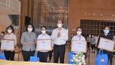 Đồng chí Nguyễn Hồ Hải và đồng chí Tô Thị Bích Châu biểu dương và  tặng quà cho các tình nguyện viên.