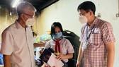 Lãnh đạo TPHCM thăm, trao quà Trung thu cho trẻ mồ côi vì Covid-19
