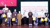 Tặng quà động viên các tình nguyện viên tôn giáo tham gia tuyến đầu chống dịch