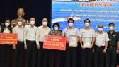 Lãnh đạo TPHCM tiếp nhận kinh phí, nhu yếu phẩm phục vụ công tác chống dịch do Quân chủng Hải quân trao tặng.