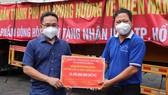 Phó Chủ tịch Ủy ban MTTQ Việt Nam TPHCM Phạm Minh Tuấn tiếp nhận bảng tượng trưng ủng hộ từ TP Hải Phòng